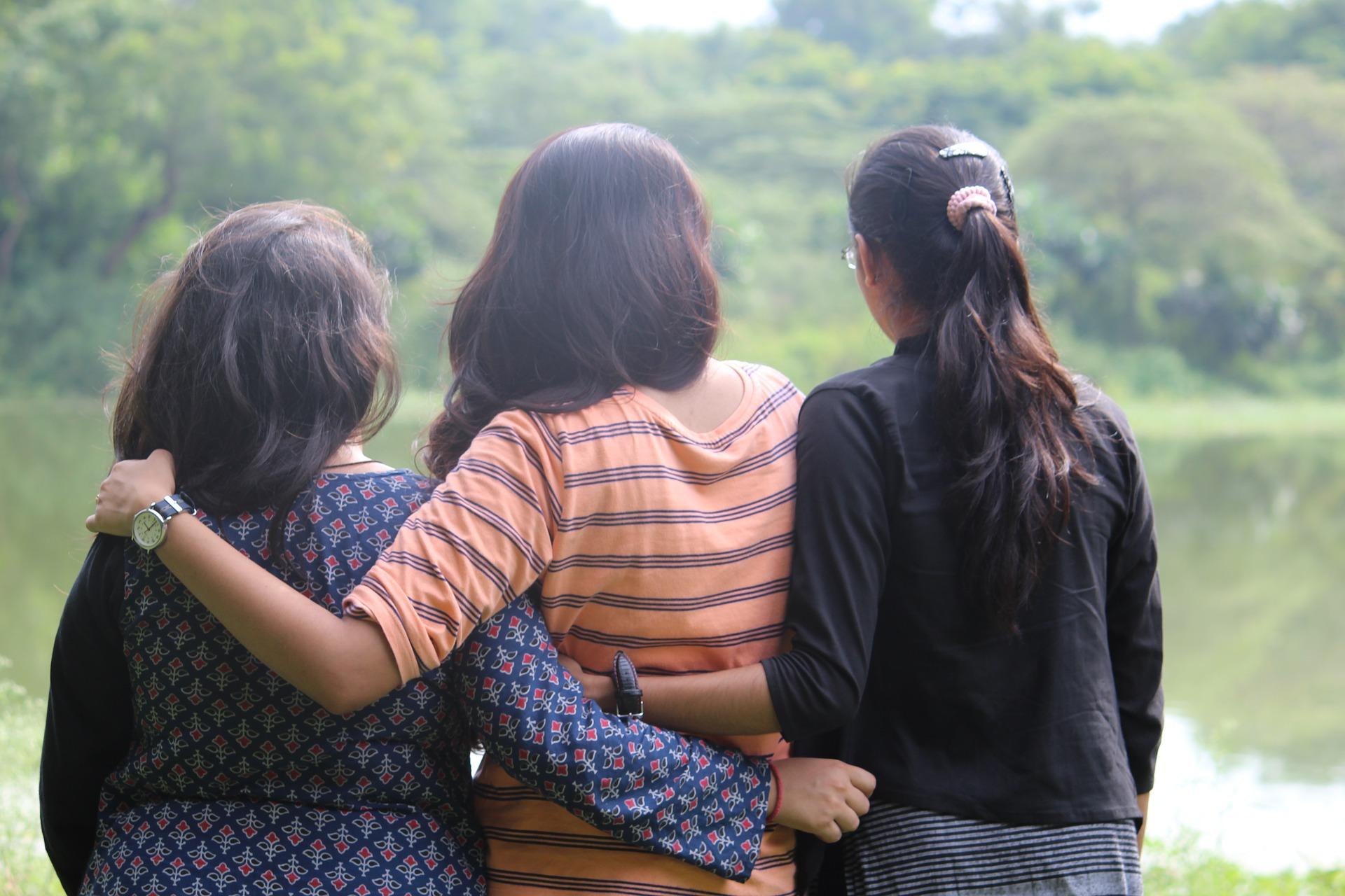 girls-2818371_1920